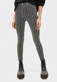 Bershka - MIT HOHEM BUND UND GÜRTEL - Jeans Skinny - black - 0