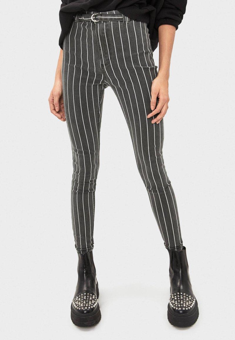 Bershka - MIT HOHEM BUND UND GÜRTEL - Jeans Skinny - black