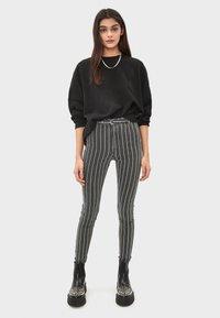 Bershka - MIT HOHEM BUND UND GÜRTEL - Jeans Skinny - black - 1