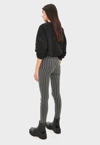 Bershka - MIT HOHEM BUND UND GÜRTEL - Jeans Skinny - black - 2