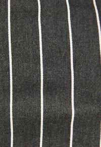 Bershka - MIT HOHEM BUND UND GÜRTEL - Jeans Skinny - black - 5