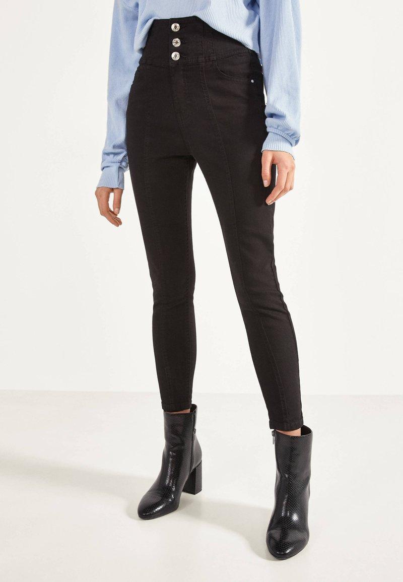 Bershka - SKINNY-FIT-HOSE MIT ELASTISCHER SCHÄRPE 00049665 - Jeans Skinny - black