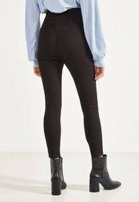Bershka - SKINNY-FIT-HOSE MIT ELASTISCHER SCHÄRPE 00049665 - Jeans Skinny - black - 2