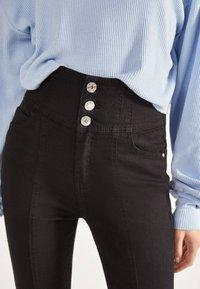 Bershka - SKINNY-FIT-HOSE MIT ELASTISCHER SCHÄRPE 00049665 - Jeans Skinny - black - 3