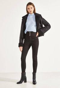 Bershka - SKINNY-FIT-HOSE MIT ELASTISCHER SCHÄRPE 00049665 - Jeans Skinny - black - 1