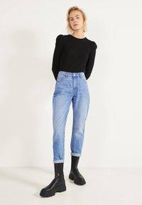 Bershka - MOM - Jeans Straight Leg - blue-black denim - 1