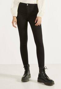 Bershka - JEGGINGS MIT HOHEM BUND 00194777 - Jeans Skinny Fit - black - 0
