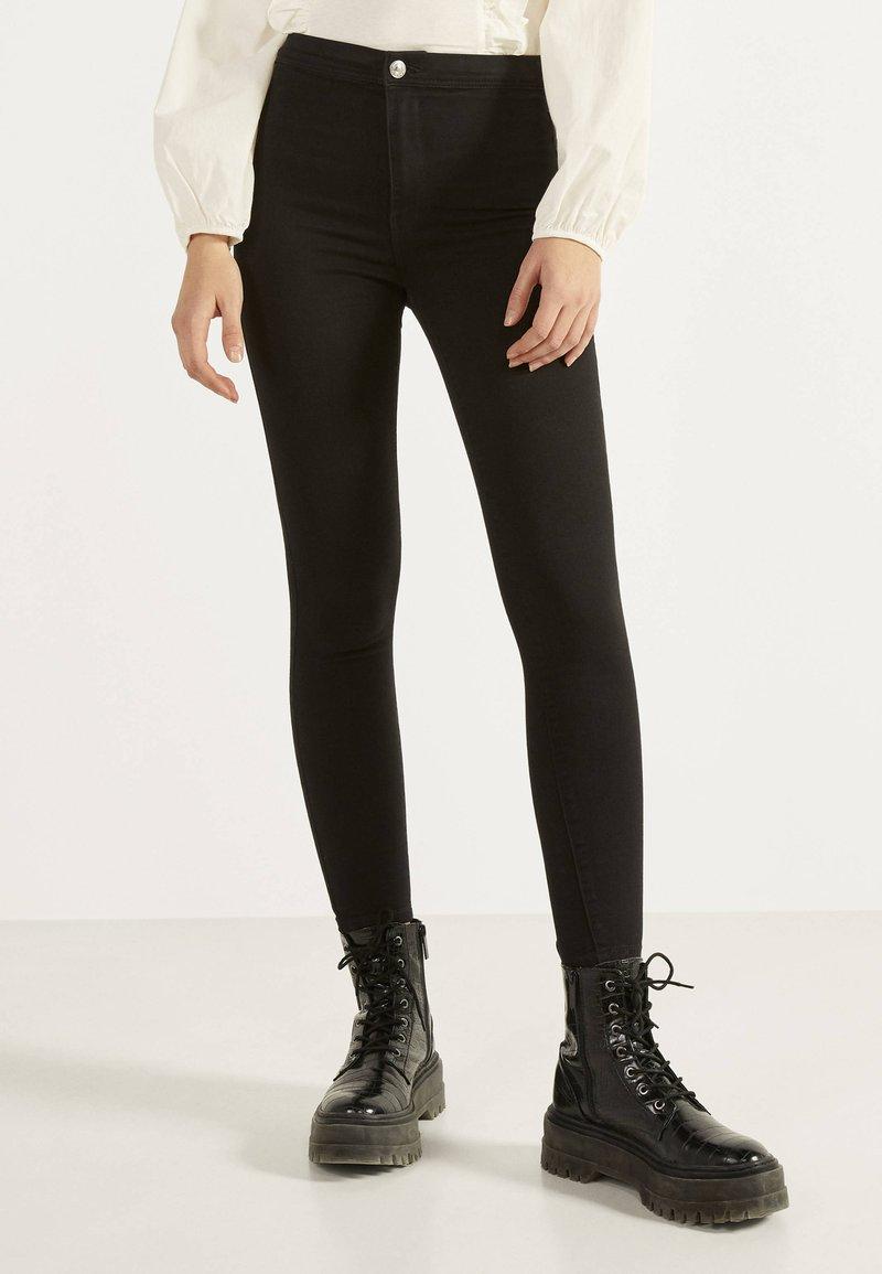 Bershka - JEGGINGS MIT HOHEM BUND 00194777 - Jeans Skinny Fit - black