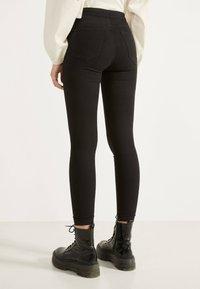Bershka - JEGGINGS MIT HOHEM BUND 00194777 - Jeans Skinny Fit - black - 2