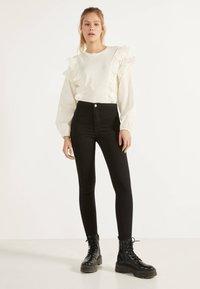 Bershka - JEGGINGS MIT HOHEM BUND 00194777 - Jeans Skinny Fit - black - 1