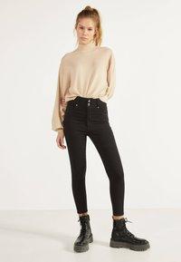 Bershka - MIT DOPPELTEM BUND - Jeans Skinny Fit - black - 1
