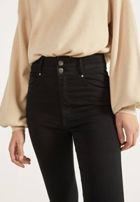 Bershka - MIT DOPPELTEM BUND - Jeans Skinny Fit - black - 3