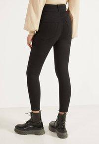 Bershka - MIT DOPPELTEM BUND - Jeans Skinny Fit - black - 2