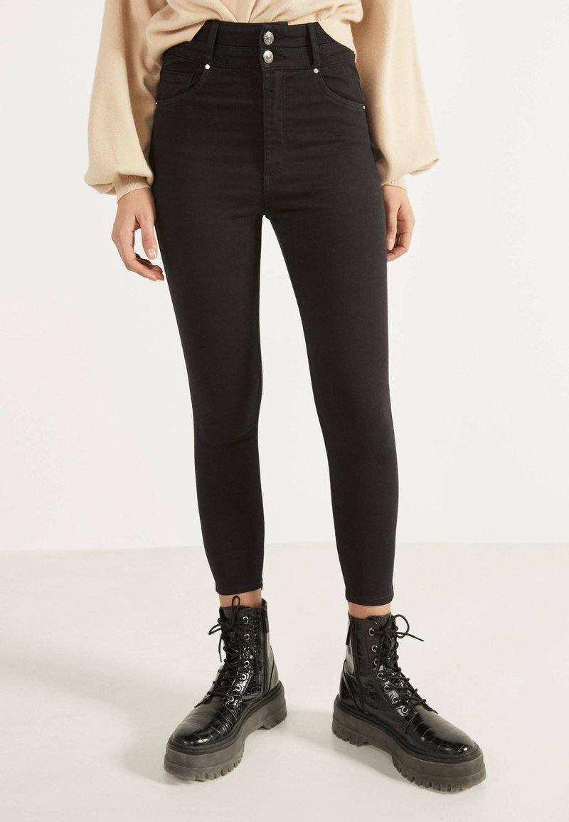 Bershka - MIT DOPPELTEM BUND - Jeans Skinny Fit - black