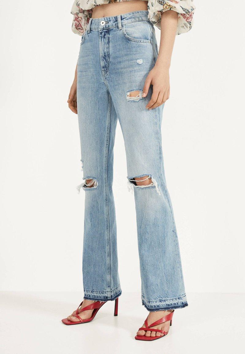 Bershka - MIT ZIERRISSEN - Flared jeans - blue denim