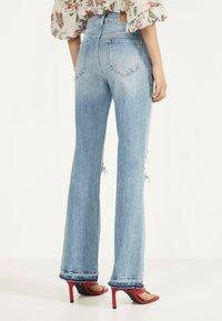 Bershka - MIT ZIERRISSEN - Flared jeans - blue denim - 2