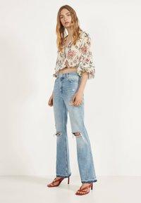 Bershka - MIT ZIERRISSEN - Flared jeans - blue denim - 1