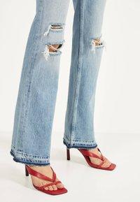 Bershka - MIT ZIERRISSEN - Flared jeans - blue denim - 3