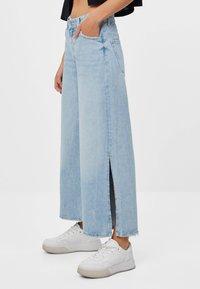 Bershka - CULOTTE MIT SCHLITZEN - Flared Jeans - blue denim - 1