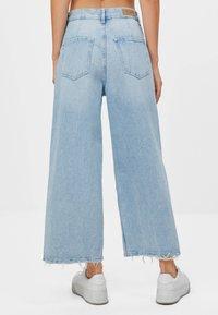 Bershka - CULOTTE MIT SCHLITZEN - Jeans a zampa - blue denim - 2