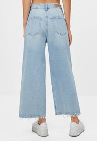 Bershka - CULOTTE MIT SCHLITZEN - Flared Jeans - blue denim - 2