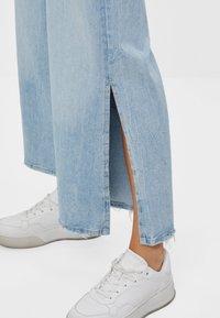 Bershka - CULOTTE MIT SCHLITZEN - Flared Jeans - blue denim - 3
