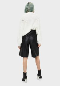 Bershka - Shortsit - black - 2