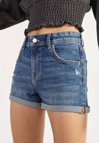 Bershka - DENIM-SHORTS MIT SAUMAUFSCHLAG 02596211 - Szorty jeansowe - light blue - 0