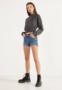 Bershka - DENIM-SHORTS MIT SAUMAUFSCHLAG 02596211 - Szorty jeansowe - light blue - 3