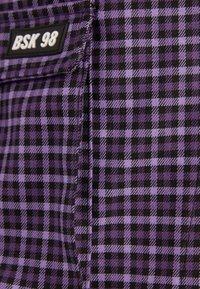 Bershka - UTILITY-HOSENROCK 02615168 - Shorts - dark purple - 5