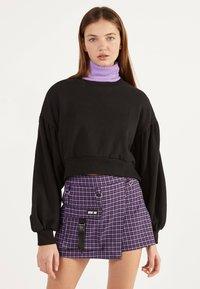Bershka - UTILITY-HOSENROCK 02615168 - Shorts - dark purple - 0