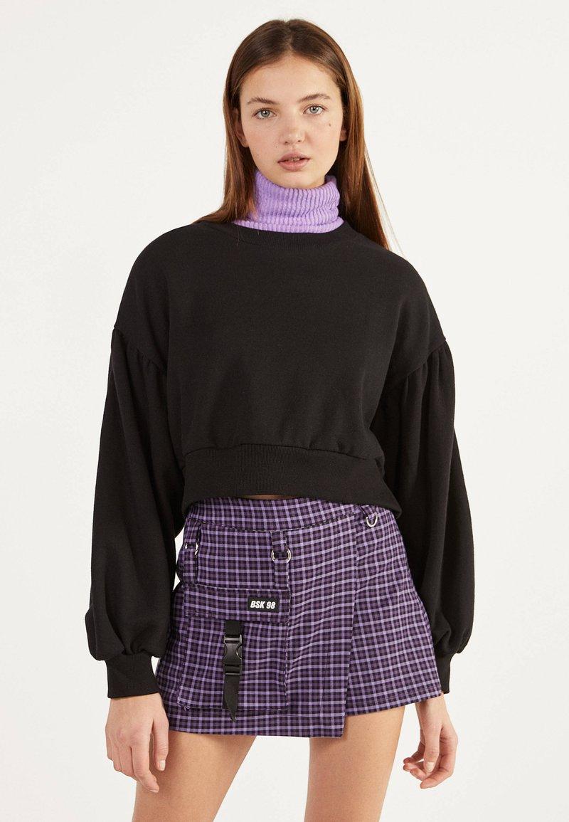 Bershka - UTILITY-HOSENROCK 02615168 - Shorts - dark purple