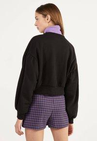 Bershka - UTILITY-HOSENROCK 02615168 - Shorts - dark purple - 2
