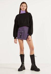 Bershka - UTILITY-HOSENROCK 02615168 - Shorts - dark purple - 1