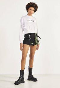 Bershka - KARIERTER - Shorts - black - 1