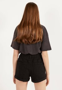 Bershka - MIT STRETCHBUND UND GÜRTELSCHLAUFEN - Jeans Shorts - black - 2