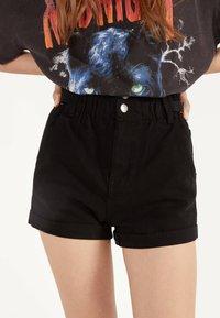 Bershka - MIT STRETCHBUND UND GÜRTELSCHLAUFEN - Jeans Shorts - black - 0
