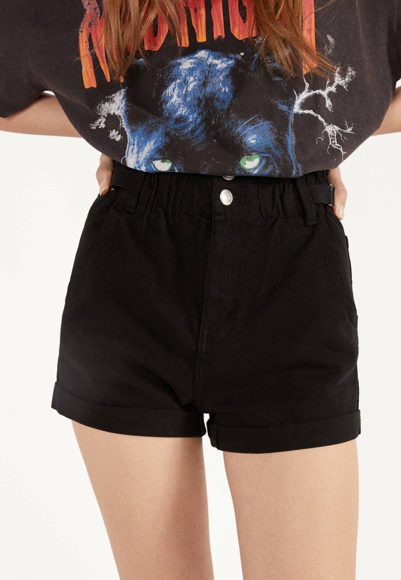 Bershka - MIT STRETCHBUND UND GÜRTELSCHLAUFEN - Jeans Shorts - black