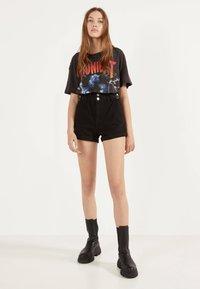 Bershka - MIT STRETCHBUND UND GÜRTELSCHLAUFEN - Jeans Shorts - black - 1