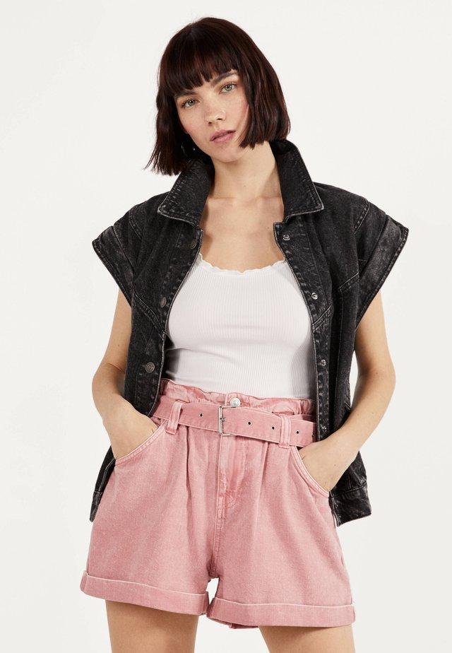 MIT GÜRTEL  - Shorts di jeans - pink