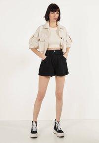 Bershka - MIT GÜRTEL  - Jeans Shorts - black - 2