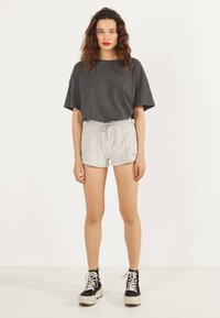 Bershka - Shorts - light grey - 1