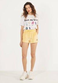 Bershka - Shorts - yellow - 1