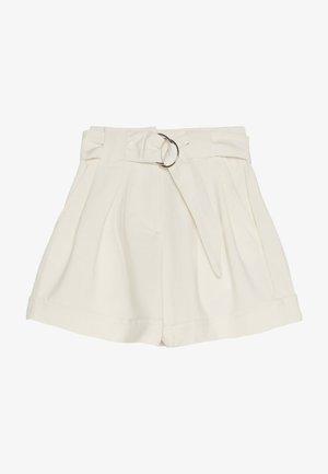 MIT GÜRTEL UND UMGESCHLAGENEM SAUM - Shorts - white