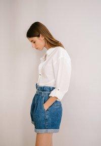 Bershka - MIT SCHNALLE  - Jeans Short / cowboy shorts - light blue - 1