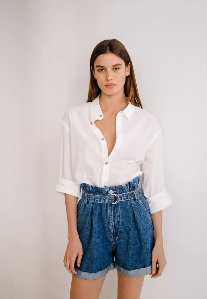 Bershka - MIT SCHNALLE  - Jeans Short / cowboy shorts - light blue