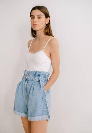 MIT SCHNALLE  - Denim shorts - blue denim