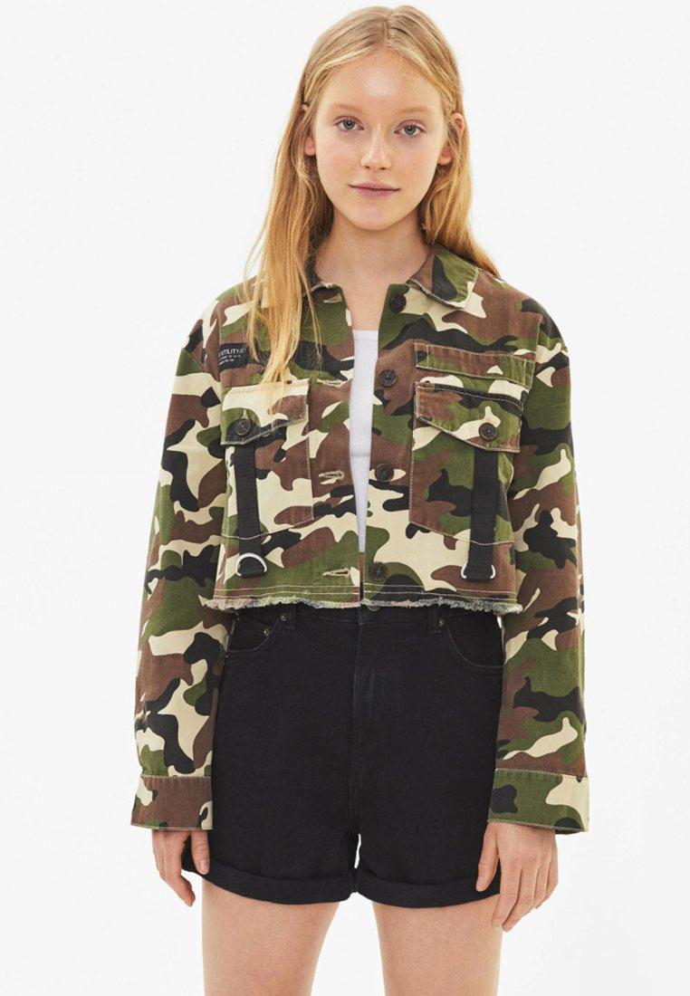 Bershka - MIT CAMOUFLAGEPRINT - Summer jacket - khaki