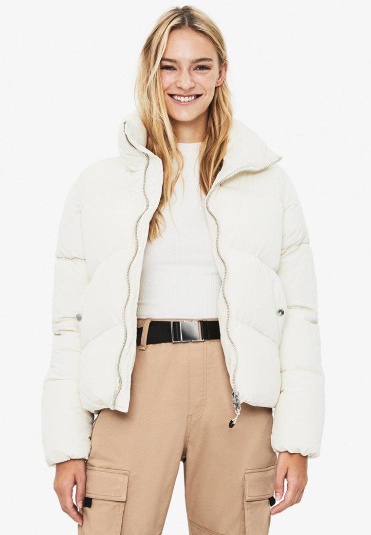 Bershka - PUFFY-JACKE 01460551 - Winter jacket - white