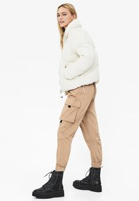 Bershka - PUFFY-JACKE 01460551 - Kurtka zimowa - white - 2